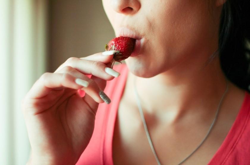 FireShot Capture 70 - [フリー写真] いちごを食べる外国人女性 - GATAG フリー素材集_ - http___01.gatag.net_0013241-free-photo_